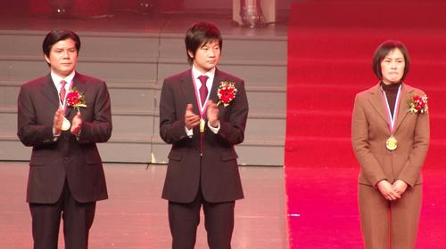 图文:李金羽出席杰出青年颁奖 大羽登台