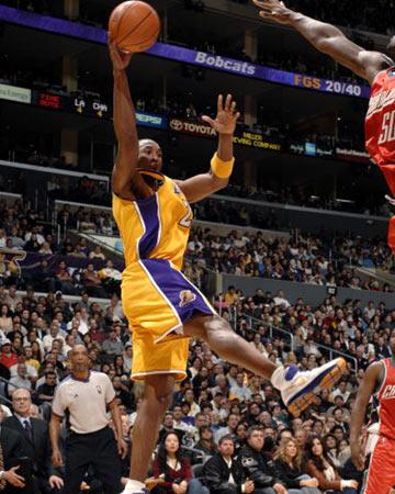 NBA图:山猫胜湖人 科比飞身助攻