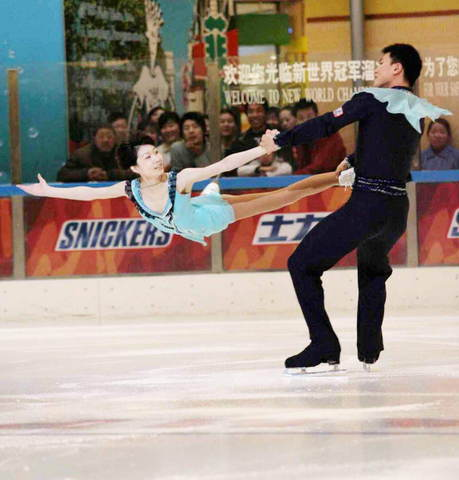 图文:中国花样滑冰选手张丹张昊 活动中冰迷共舞