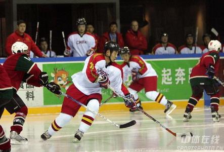 图文:男子冰球中国26-0中国澳门 带球突破
