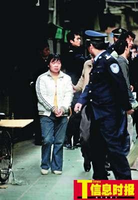 男子劫持女工与警方对峙2小时 狙击手持枪待命