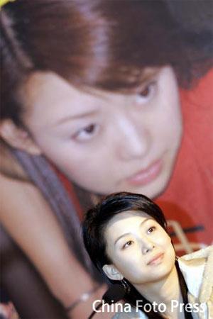 图文:潘晓婷赴昆明进行台球表演 赛前笑容满面