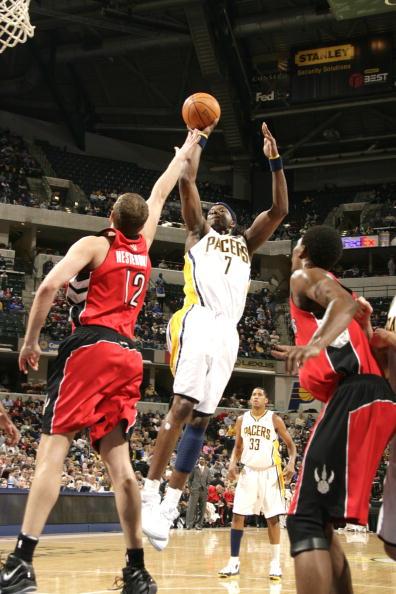 NBA图:步行者主场对阵猛龙  小奥尼尔侧身跳投