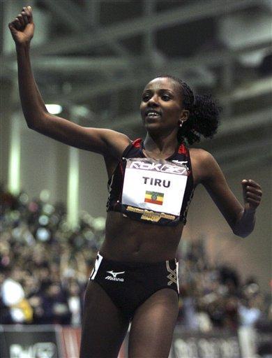 图文:迪巴巴破女子室内5000米纪录 向观众挥手致意