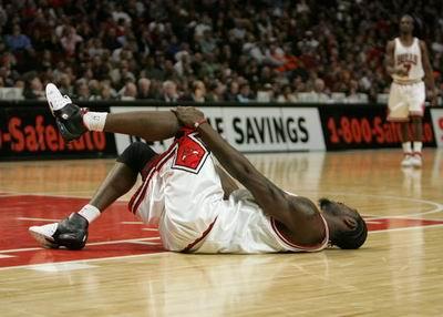 NBA图:热火客场不敌公牛  大本钟痛苦抱膝