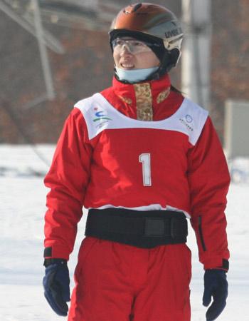 图文:空中技巧滑雪队赛前训练 李妮娜准备训练