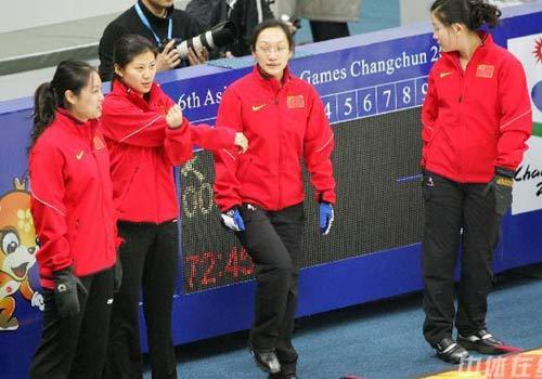 图文:女子冰壶队进行赛前训练 队员在训练中
