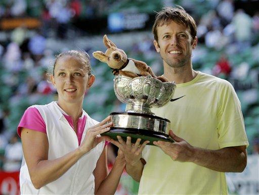 图文:07澳网混双决赛 内斯特组合捧起冠军