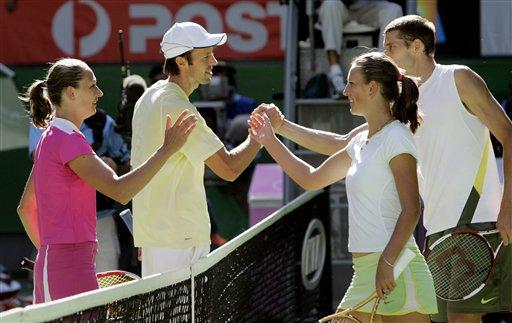 图文:07澳网混双决赛 双方赛后握手