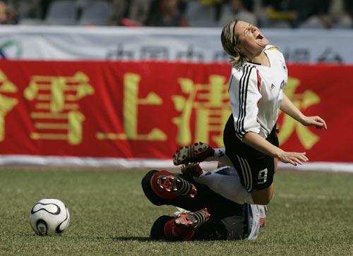 图文:女足四国赛双方握手言和 德球员假摔倒地