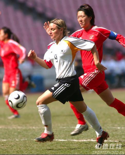 图文:女足四国赛双方握手言和 浦玮积极回防