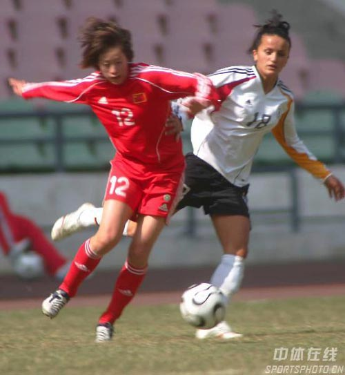 图文:女足四国赛双方握手言和 张彤勇猛难挡