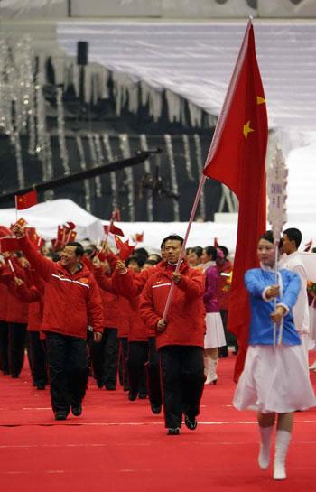 图文:亚冬会开幕式中国入场 引导小姐开路