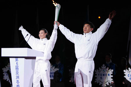 图文:2007亚冬会开幕式 火炬手李佳军和陈露