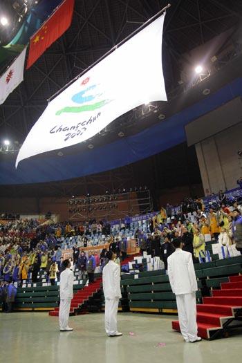 图文:2007亚冬会开幕式 升起亚冬会会旗