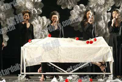 《活着还是死去》引争议 灵堂上舞台太残酷?