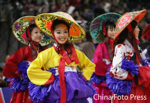 中韩明星赛啦啦队暗战:中方热舞 韩方传统惊艳
