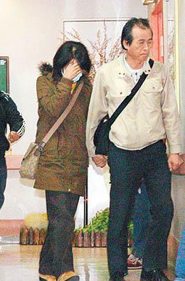 许玮伦遗体凌晨移回台北 众亲友双手合十护送