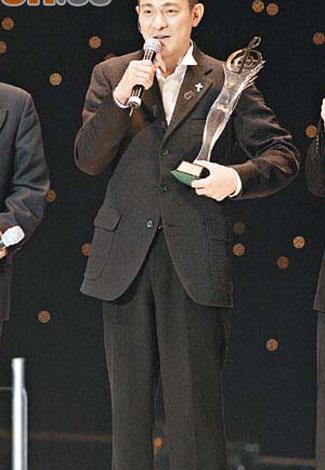 刘德华帮古巨基拿奖座 12月红馆将开个唱(图)