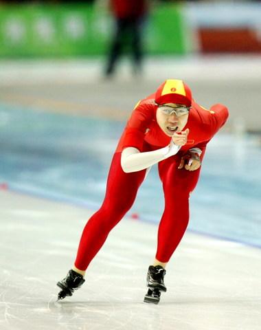 图文:亚冬会女子速滑3000米 王霏险胜摘得首金