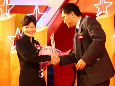 图:杨壮为最佳企业社会责任年度企业颁奖