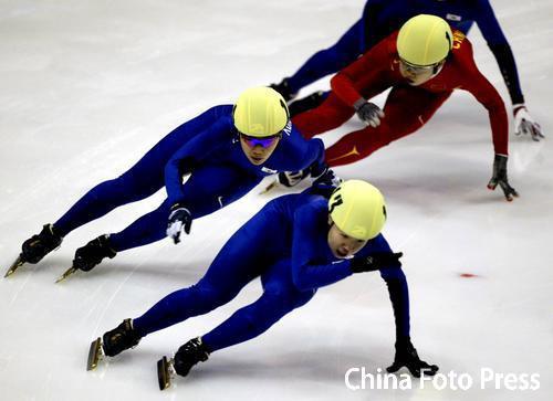 图文:短道速滑女子1500米 王濛被压制