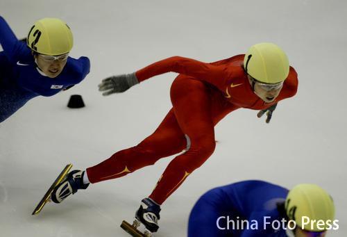 图文:短道速滑女子1500米 王濛开始发力