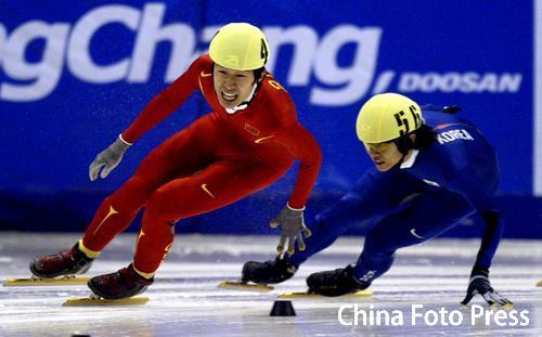 图文:亚冬会短道速滑男子1500米 赛中你争我夺