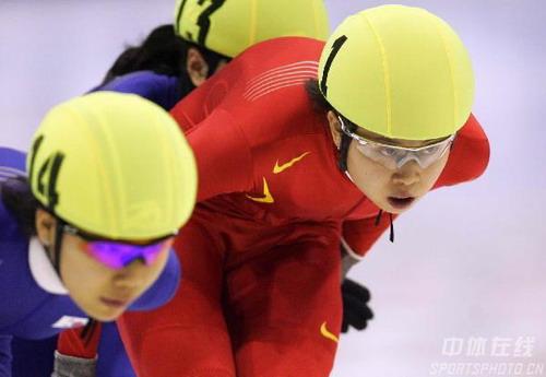 图文:王濛在短道速滑女子1500米 聚精会神