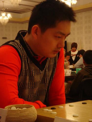 图文:第21届天元赛本赛第一轮 常昊九段比赛中