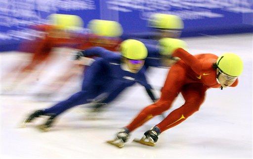 图文:短道速滑女子1500米 王濛处于领先位置