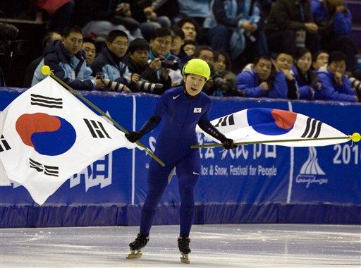 图文:短道速滑女子1500米 韩国选手挥动国旗