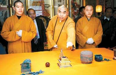 """广东/国恩寺僧人在展示""""舍利子""""。"""