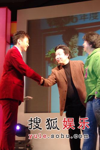 """获年度甜蜜拍档奖 孙俪领奖现场""""调教""""邓超"""