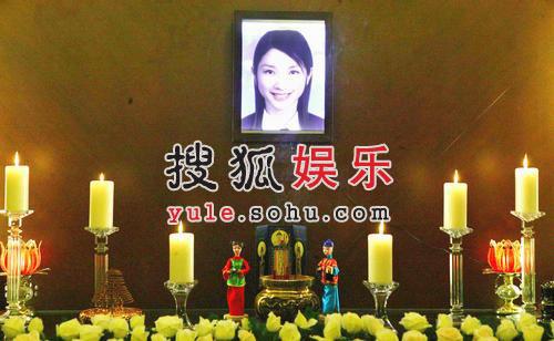 许玮伦灵香消玉殒 灵堂白玫瑰簇拥其照片