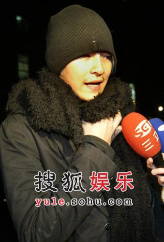 好友郑元畅接受媒体采访 表情凝重哀伤