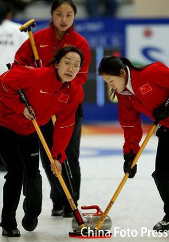 图文:女子冰壶中国4-9韩国 中国队选手