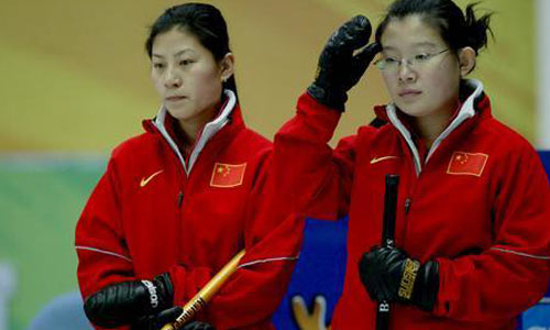 图文:女子冰壶中国4-9韩国 比赛间隙