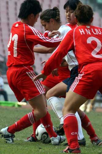 图文:女足四国赛中国VS美国 拼抢异常激烈