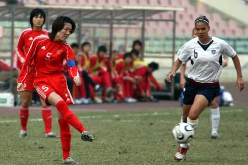 图文:女足四国赛中国VS美国 浦玮大脚解围
