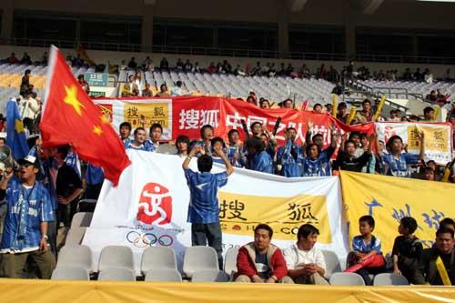 图文:女足四国赛中国VS美国 现场火爆球迷
