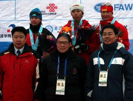 图文:越野滑雪女子短距离 霍震霆颁奖