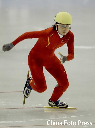 图文:亚冬会短道速滑女子500米 飞快滑行