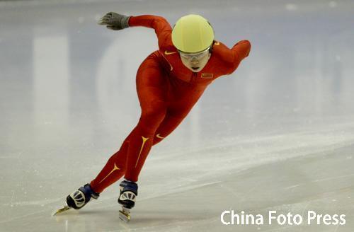 图文:亚冬会短道速滑女子500米 奋力前行