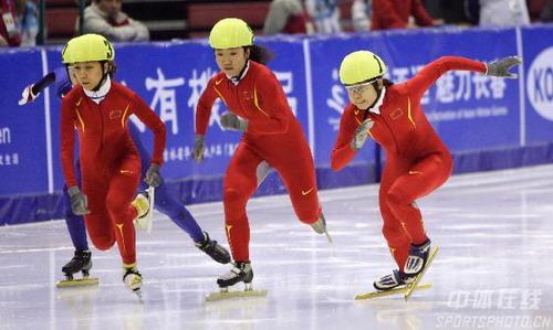图文:亚冬会女子短道速滑500米决赛 你争我夺
