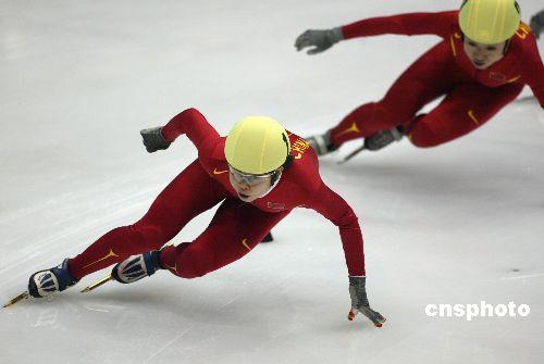 图文:短道速滑女子500米A组决赛 王濛弯道冲刺