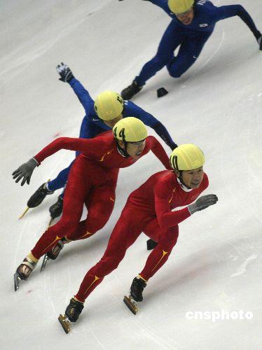 图文:男子短道速滑500米 胡泽比赛中遥遥领先