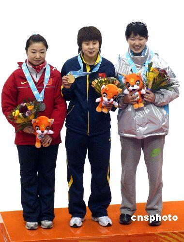 图文:短道速滑女子500米 颁奖仪式王濛微笑