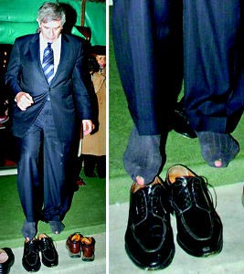 世界银行行长参观清真寺 脱鞋露出袜子有洞(图)