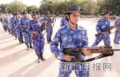 """首支维和""""娘子军""""赴利比里亚 男成员提供后勤"""